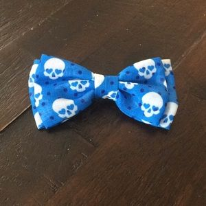 Blue skull bow hair clip/pin.